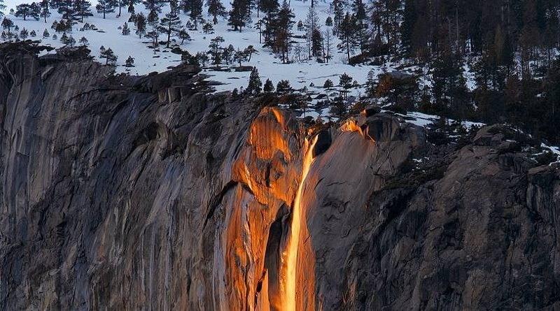 В США вновь появился «огненный водопад»